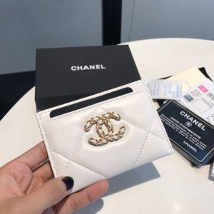CHANEL 19 FLAP CARD CASE<br>샤넬 19 플랩 카드 케이스<br><i>11×7.5cm 이태리산양가죽</i>