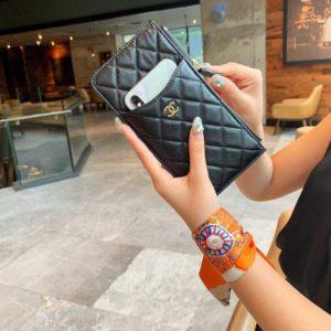 CHANEL CLASSIC PHONE CASE<br>샤넬 클래식 폰 케이스<br><i>19.5×10.5×0.5cm 이태리 송아지가죽</i>
